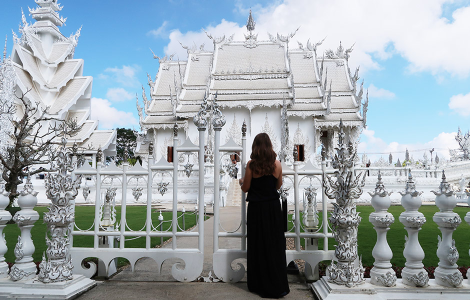 Weißer Tempel von der Seite mit Steffi
