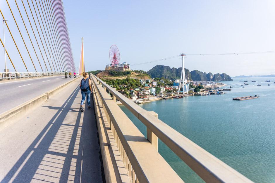 Brücke zu Fuß erkunden