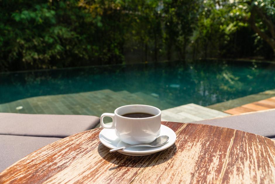 Kaffee am Pool im Templation Kambodscha