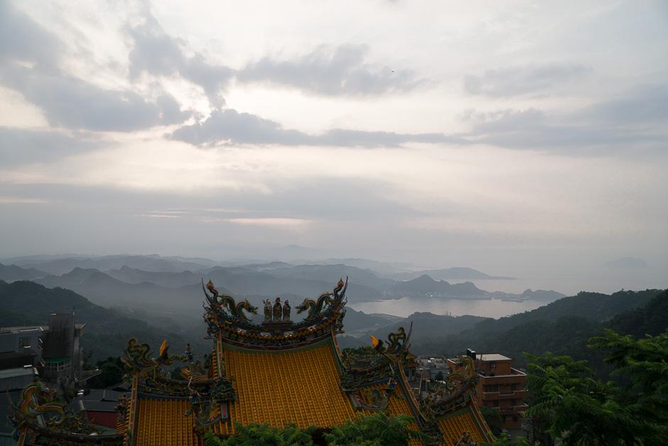 Blick über Jiufen mit Tempel