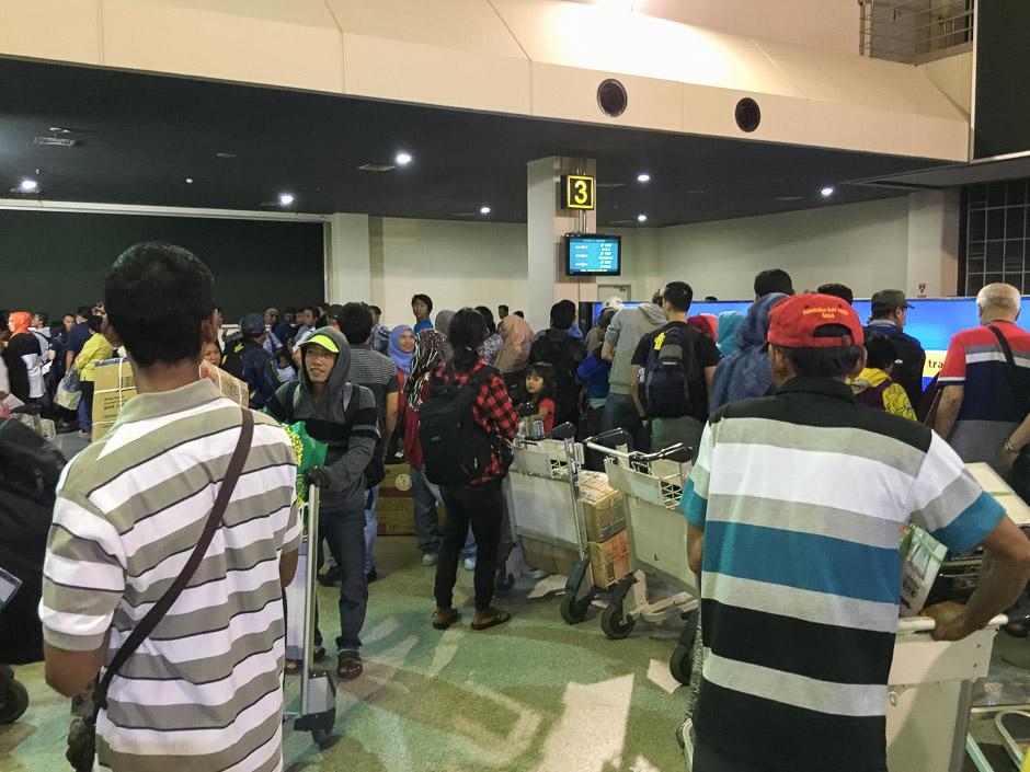 Viele Menschen vor dem Kofferband