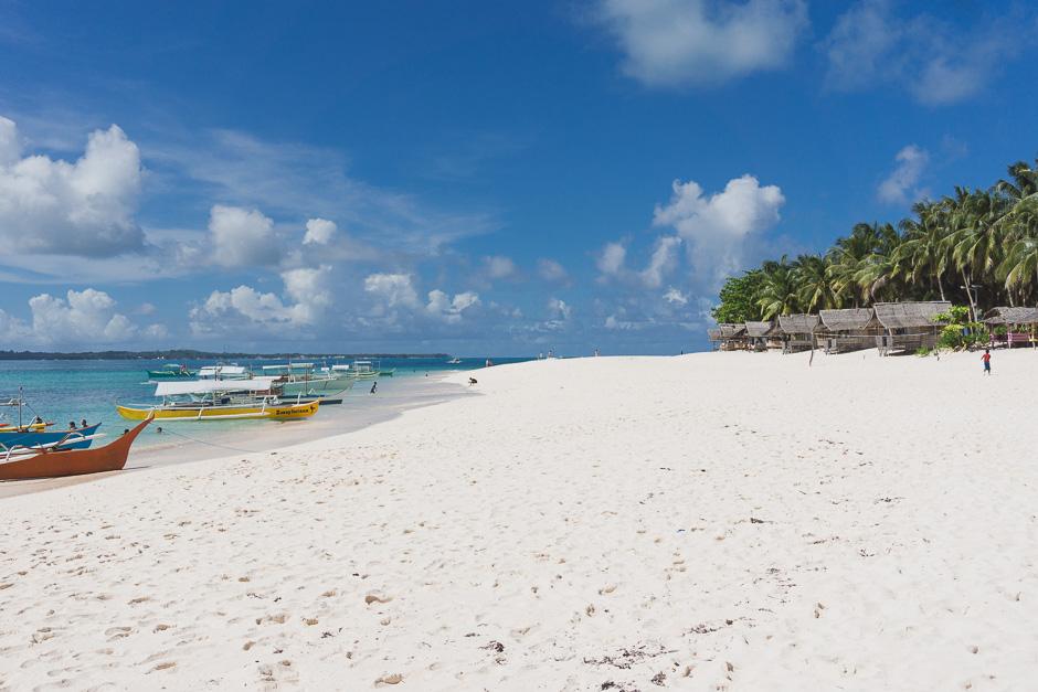 Strand mit Boot und Hütten
