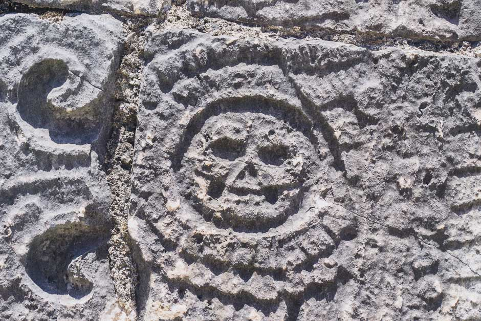 Totenkopf im Gestein