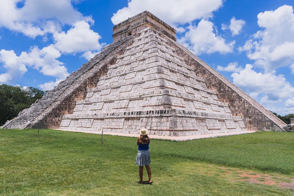 Steffi vor Pyramide in Chichen Itza