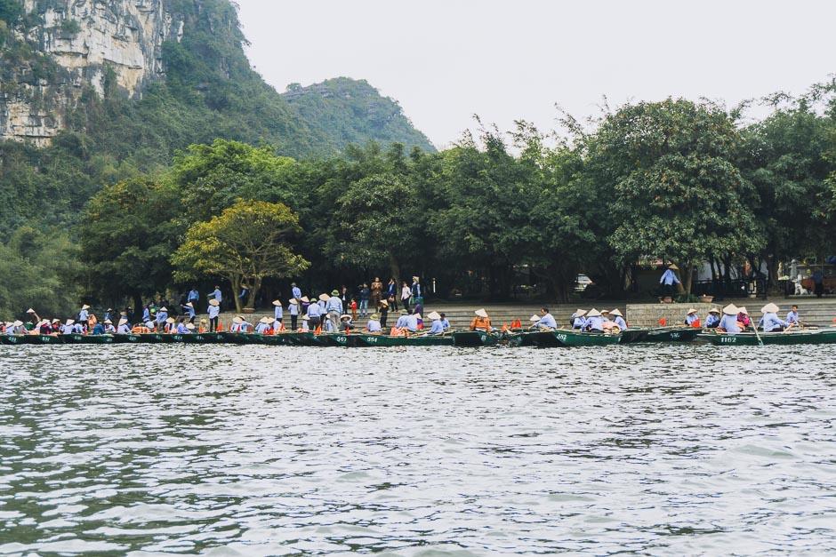wartende Schiffe trockene Halong Bucht