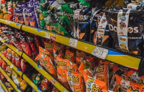 Chips im Supermarkt Mexiko Regal