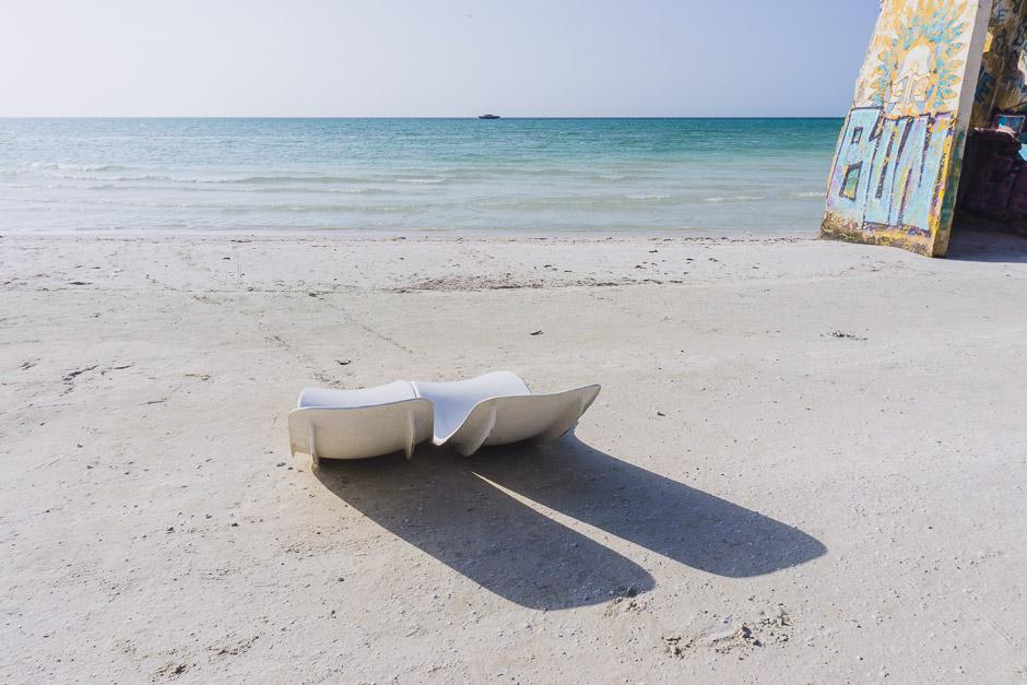 Sitzschalen am Strand von Holbox