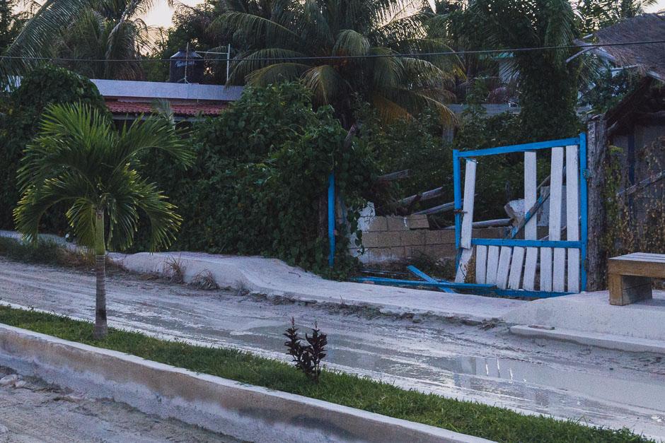 Überflutete und matschige Straße