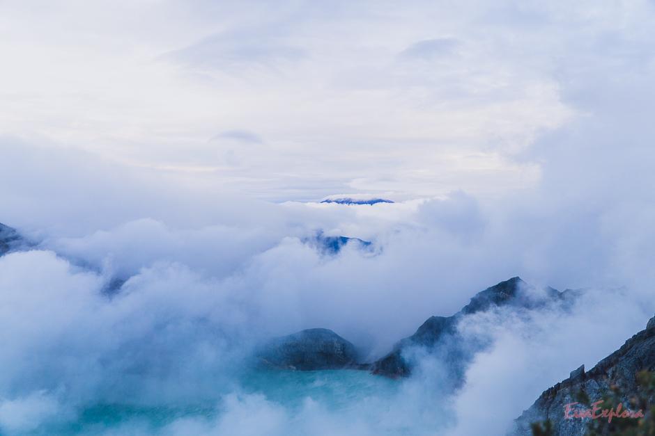 Wolkenverhangen und geheimnisvoll - der Mount Ijen
