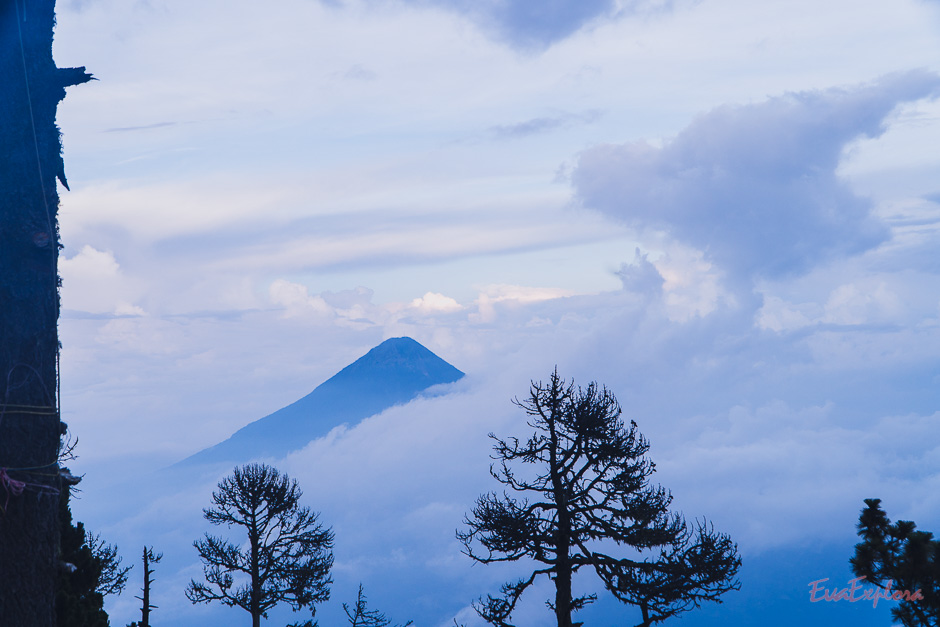 Blaue Stunde mit Vulkan