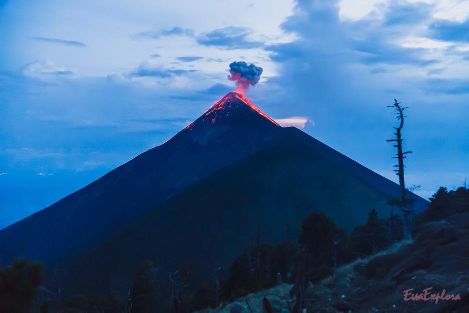 Abenddämmerung mit Vulkanausbruch