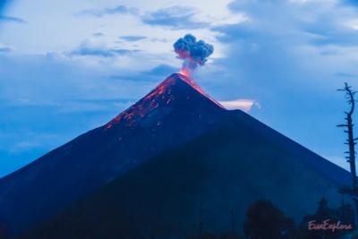 Vulkan mit Feuer