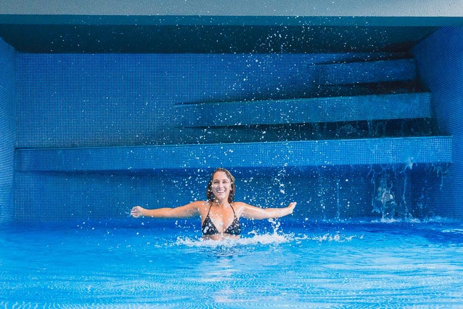 Steffi im Pool