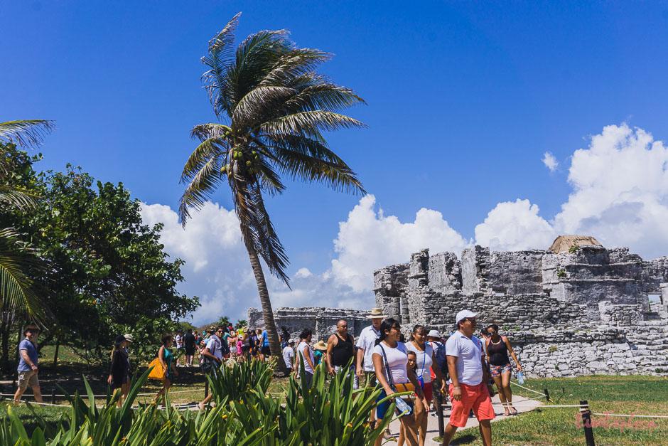 Touristen in den Ruinen