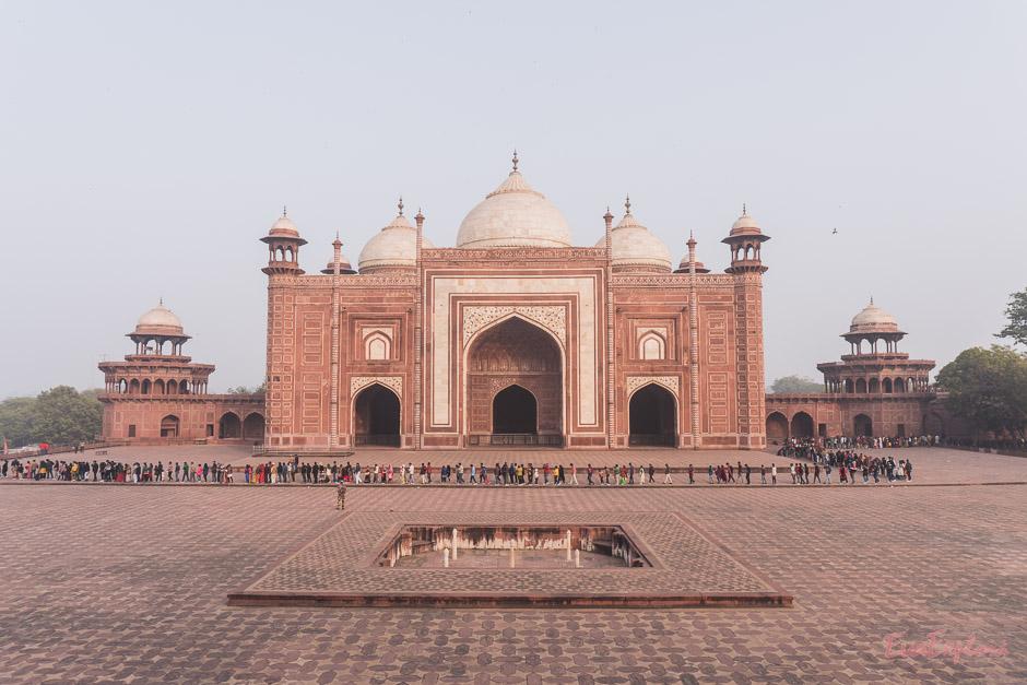 Warteschlange vor dem Taj Mahal
