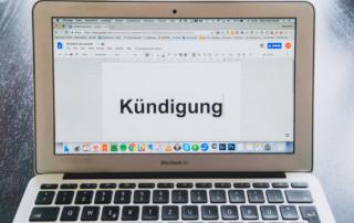 Kündigung auf Laptop