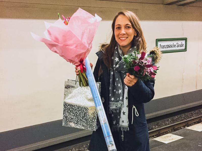 Steffi am Bahngleis mit Blumenstrauß