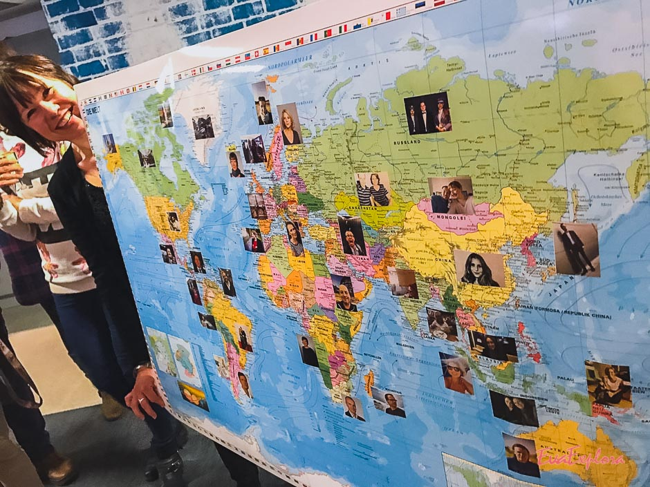 Weltkarte beklebt mit Nachrichten der Kollegen