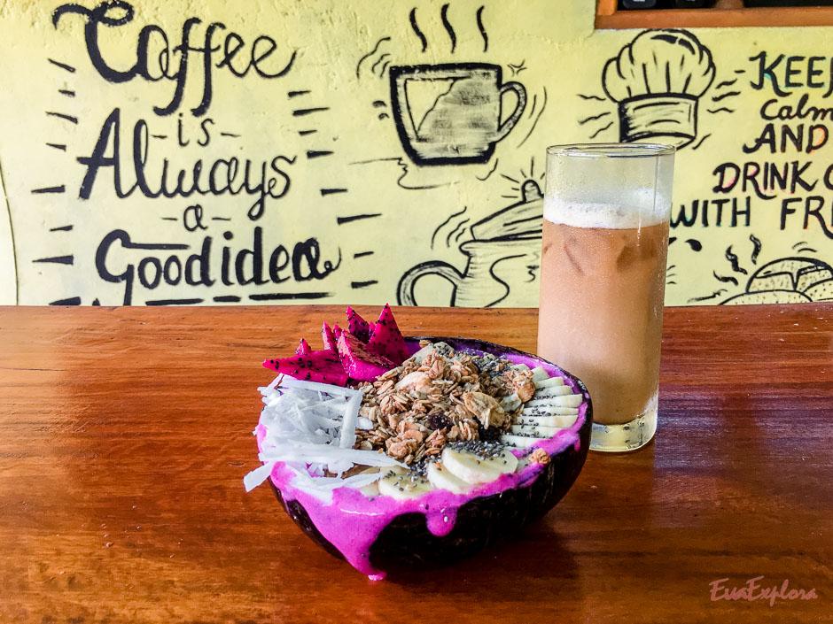 Smoothiebowl und Kaffee