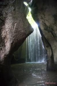 Wasserfall in Hoehle