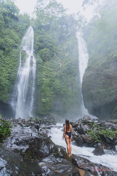 baden im Wasserfall auf Bali