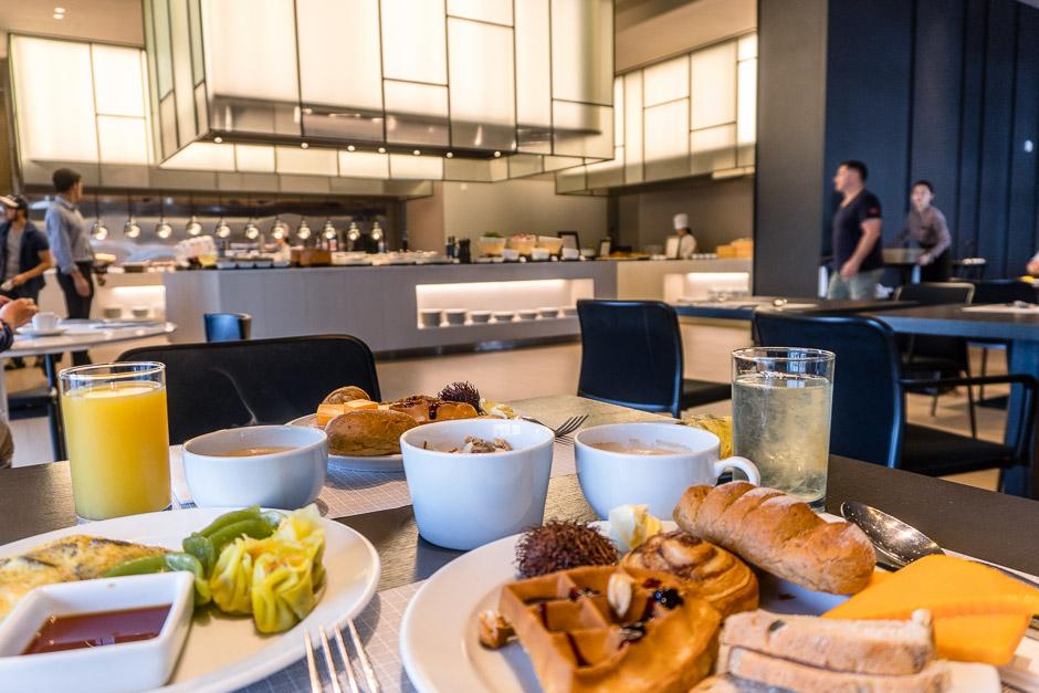 Frühstückstisch mit Blick auf das Buffet