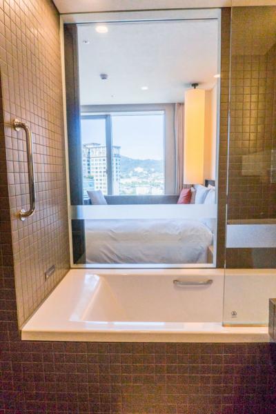 Eine Badewanne mit View