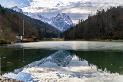 Verschneite Berge und Seen