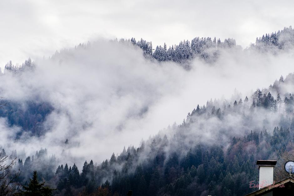 Mystische Berge bei Nebel