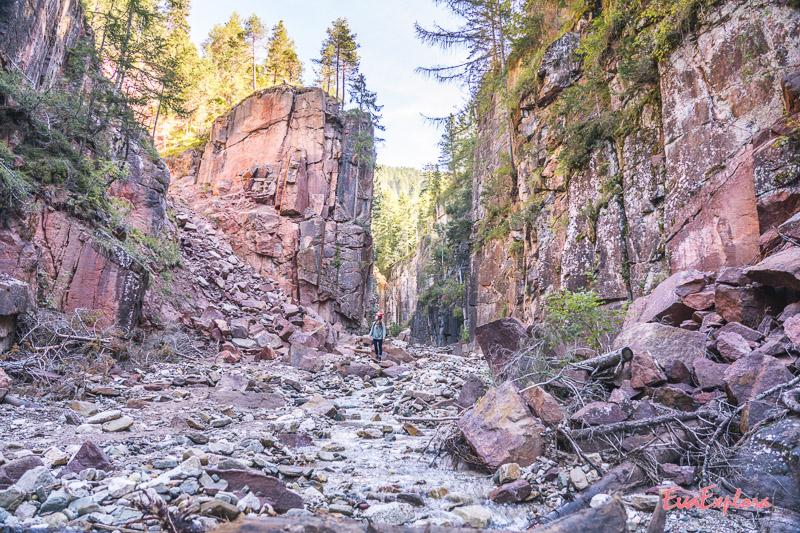 Wandern durch Canyon Suedtirol